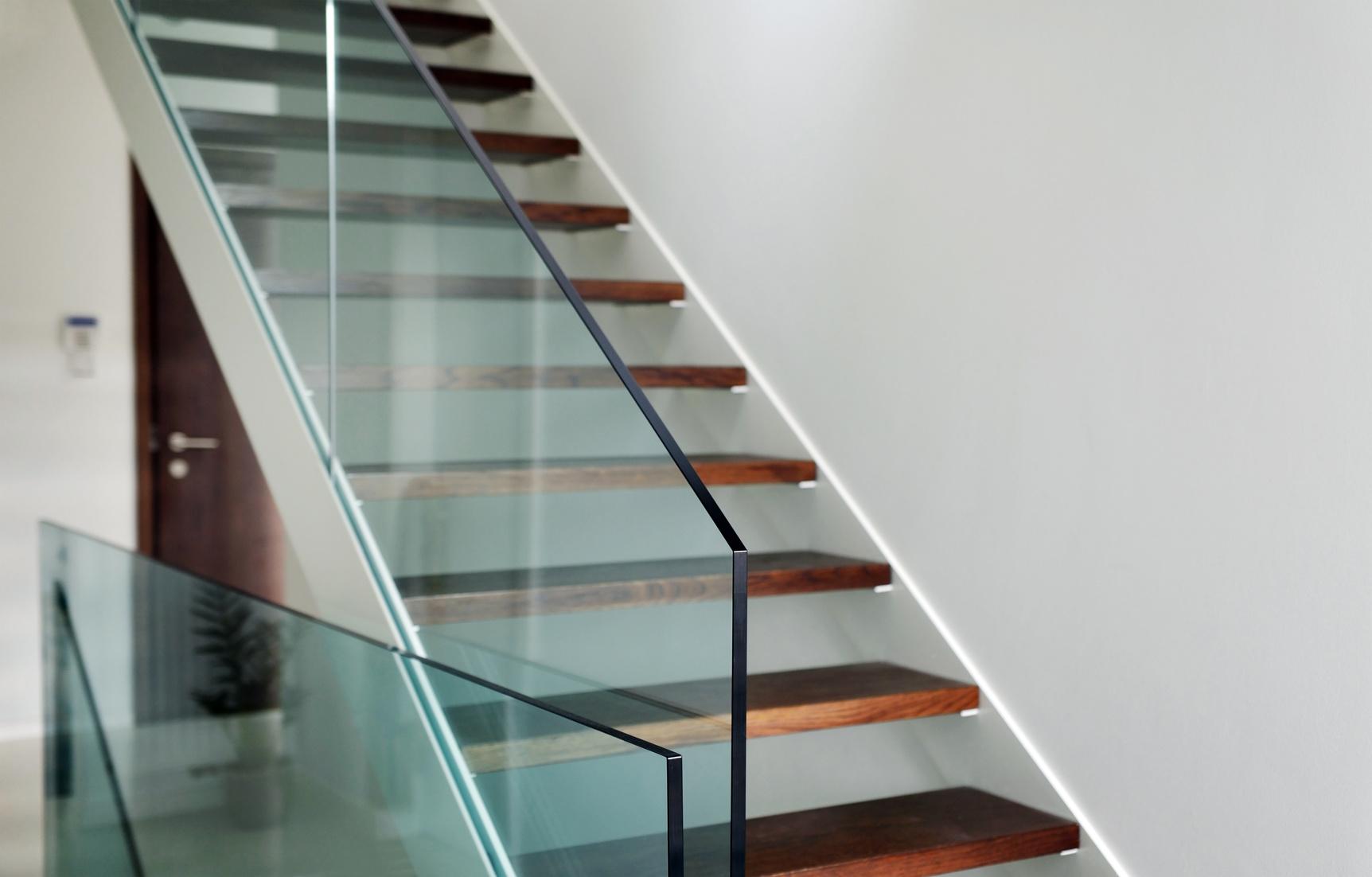 Główne korzyści zzastosowania balustrad szklanych